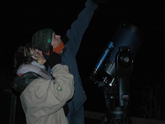 En observant avec télescope le ciel