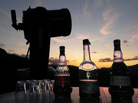 Un télescope et des liqueurs préparées