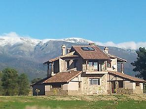 La Casa del mundo with the mountains