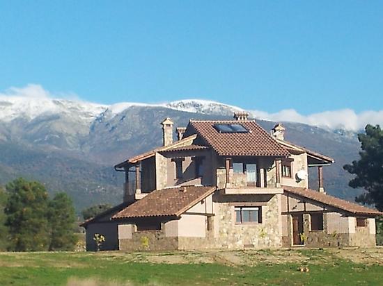 La Casa del mundo with the mountains