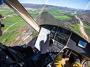 El piloto comunica instrucciones.