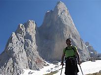 Senderista a los pies del Pico Urriellu