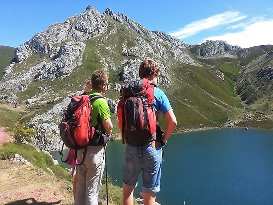 Senderistas en el Valle de Lago, Somiedo
