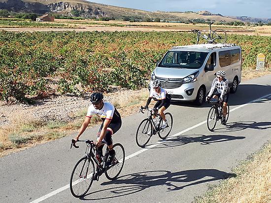 Furgoneta, bicicleta, carretera