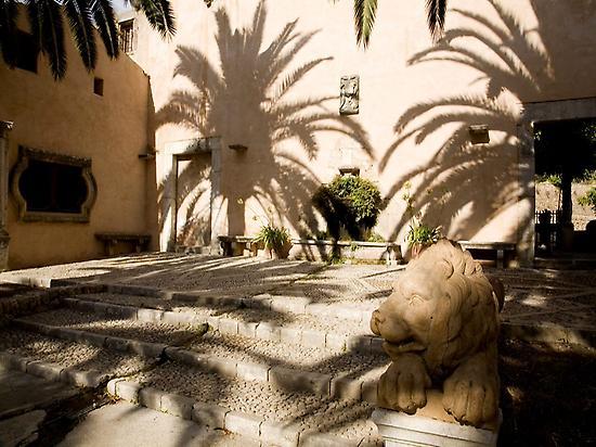 Lion Statue - Jardines de Alfabia
