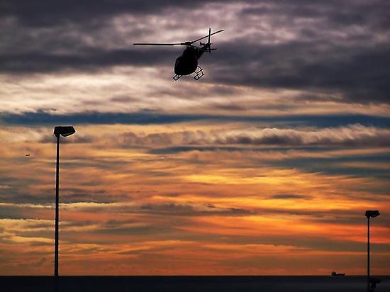 Volando en helicóptero al atardecer