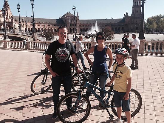 Familia pedaleando en Plaza de España