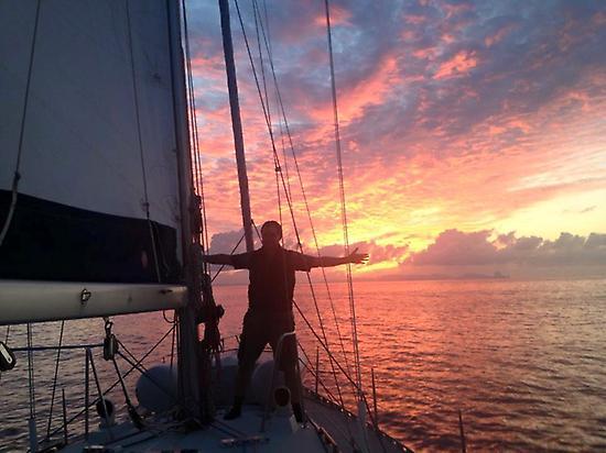 Anochecer en un barco en Benirras