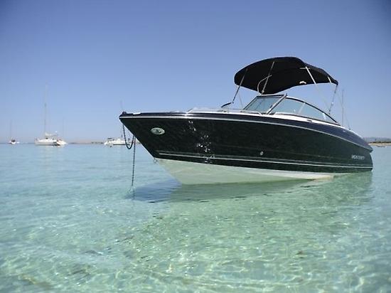 Barco de alquiler regal fondeado Ibiza